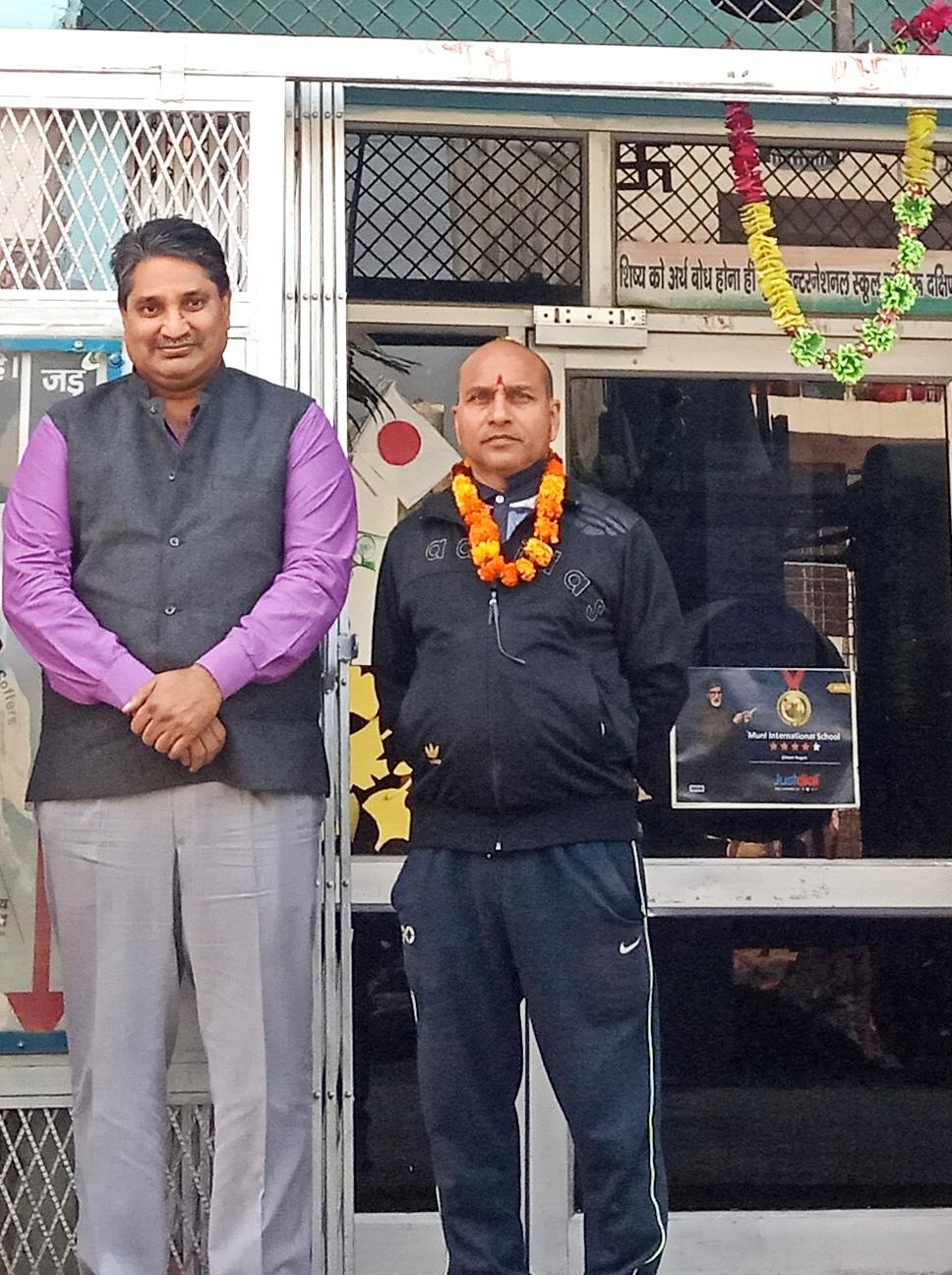 मुनि स्कूल के छात्रों से मिले समाज सेवी सुरेंद्र सिंह रावत