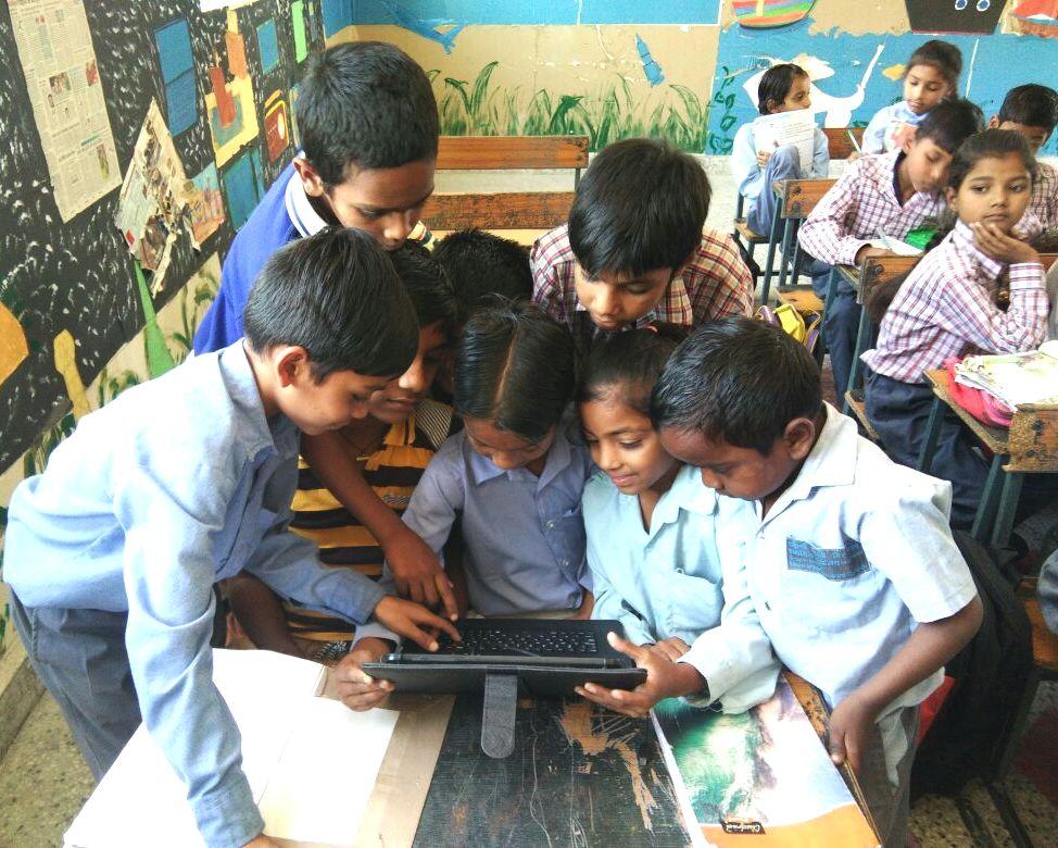 खरखङ़ी जटमल के निगम स्कूल में छात्र टेबलेट से करते हैं पढ़ाई